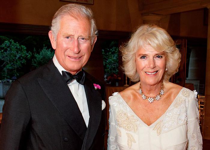 Принц Чарльз и Камилла выбрали для рождественской фотографии портрет, сделанный летом на празднике в честь 70-летия Камиллы.
