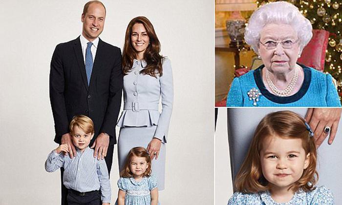 На рождественской фотографии маленькая Шарлотта сильно похожа насвою бабушку.