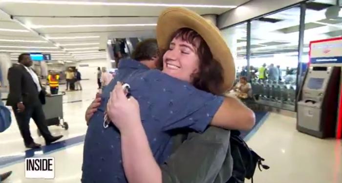 Майк встречает свою биологическую дочь в аэропорту.