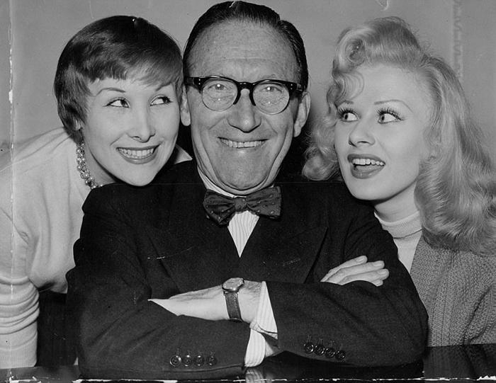 Артур Аски со своей дочерью Антеа (слева) и Сабриной в марте 1957 года.