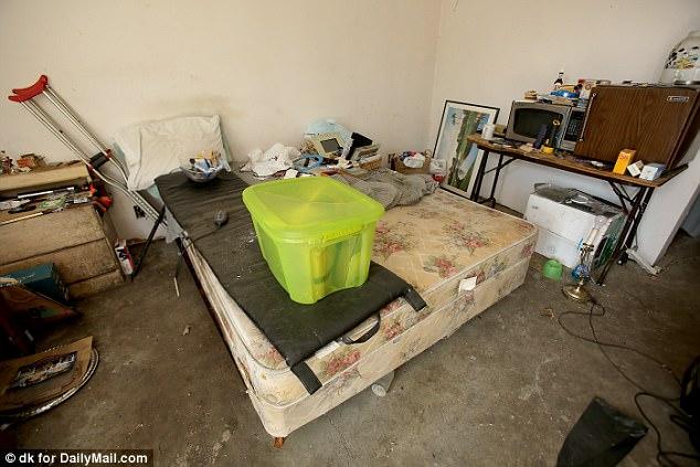 Когда полицейские зашли в дом Сабрины, они нашли помещение в чудовищном состоянии.