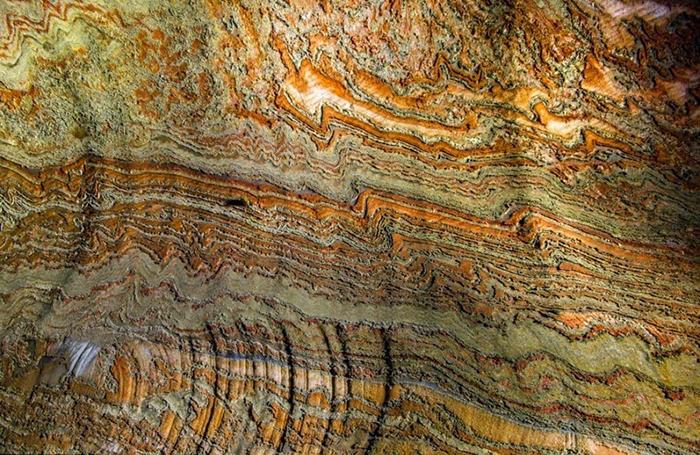 Залегание минеральных пород в шахте.