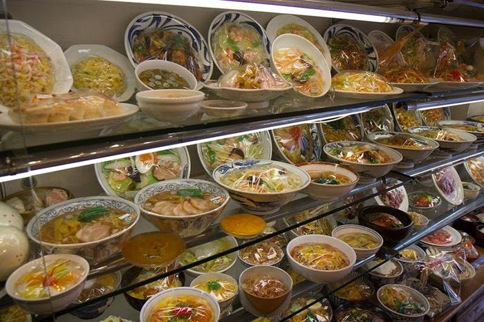Сампуру помогают иностранцам определиться с выбором блюд.