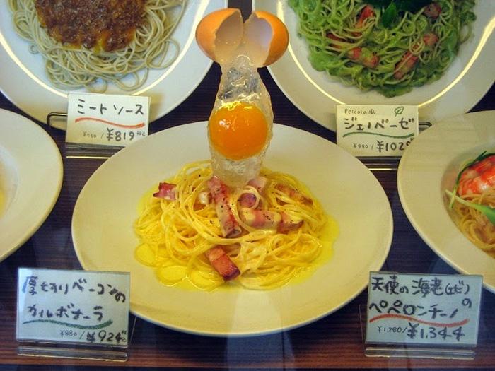 Часто отличить пластиковую еду от настоящей практически невозможно.