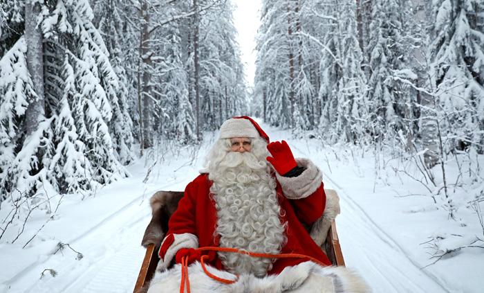 Санта Клаус едет на санях в преддверии Рождества. 15 декабря 2016.