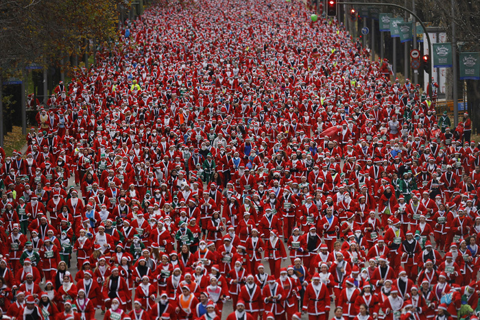 Люди, одетые в костюм Санта Клауса участвуют в забеге 17 декабря 2016.