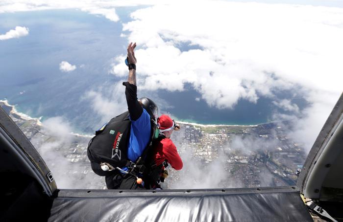 Скайдайвер в костюме Санты совершает тандем-прыжок, устанавливая рекорд Гиннесса - 155 тандем-прыжков за 8 часов. 17 декабря 2016.