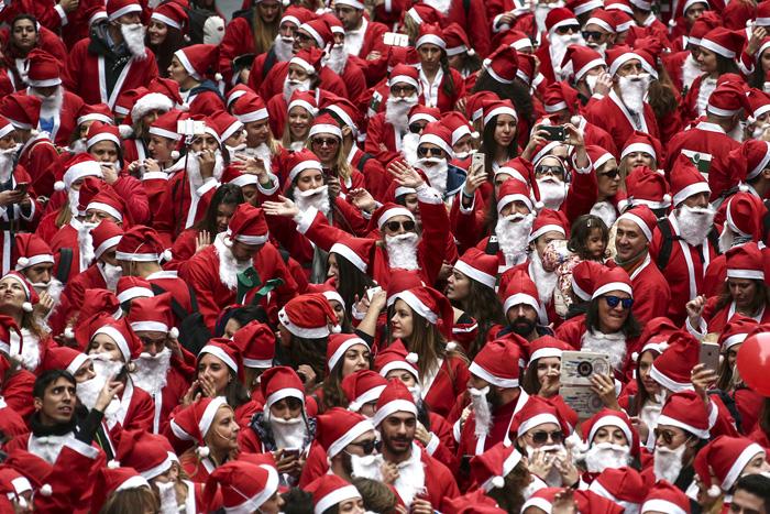 Люди в костюмах Санты собрались, чтобы принять участие в забеге Санты. 4 декабря 2016.