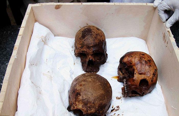 Внутри обнаружили останки троих людей.