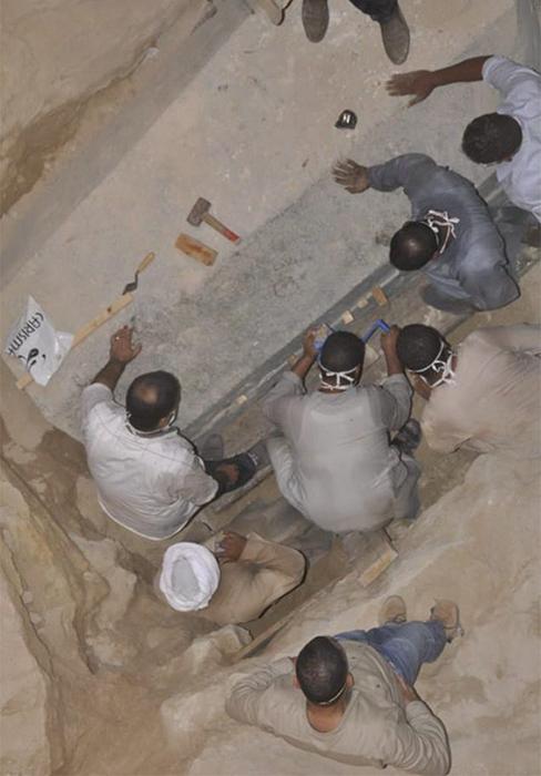 Таблоиды призывали ученых не рисковать и не открывать саркофаг.