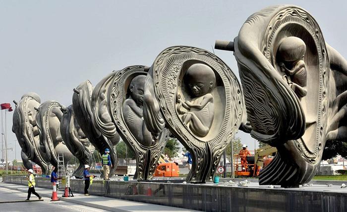 Скульптуры показывают развитие плода.