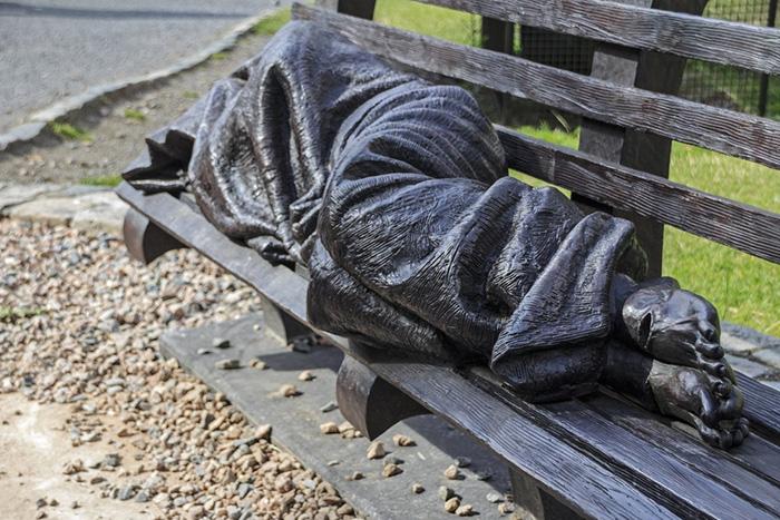 *Бездомный Иисус* рядом с собором в Дублине, Ирландия.