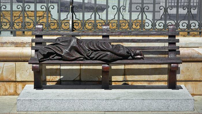 *Бездомный Иисус* перед собором в Мадриде.