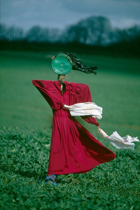 Пугал, наряженных в женские платья, довольно мало - признается фотограф.