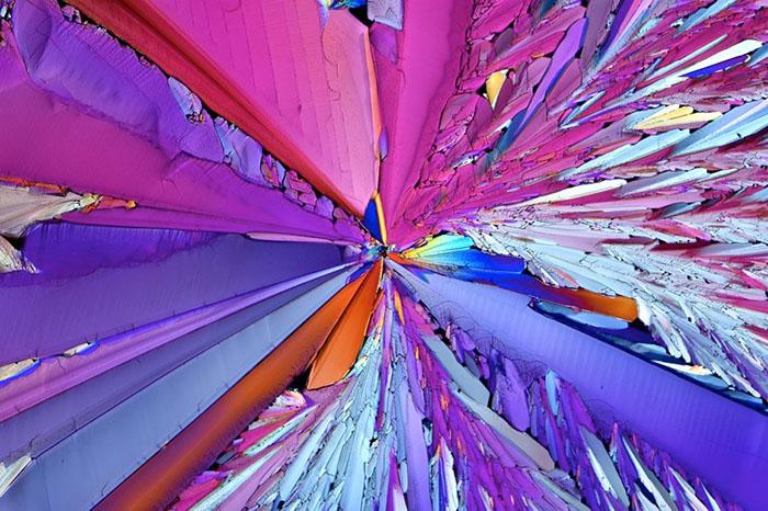 Микрофотография поляризованного света кристаллизации сахара изкапли апероля, оставленной для высыхания напредметном стекле. Фото: Bernardo Cesare.