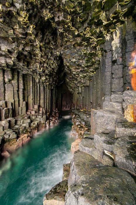 Колонны из базальта в Фингаловой пещере.