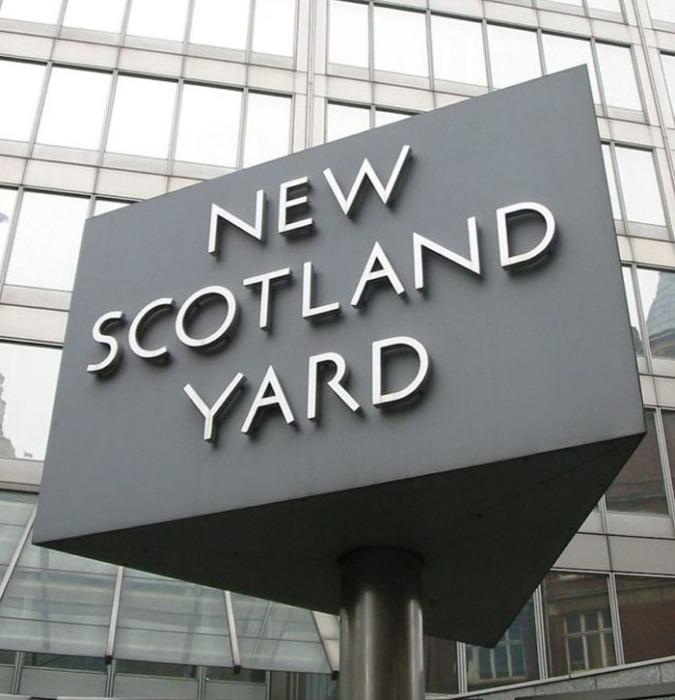 Знак у нового здания Скотленд-Ярда.