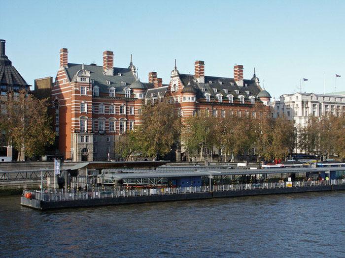 Штаб-квартира Скотленд-Ярда на берегу Темзы.
