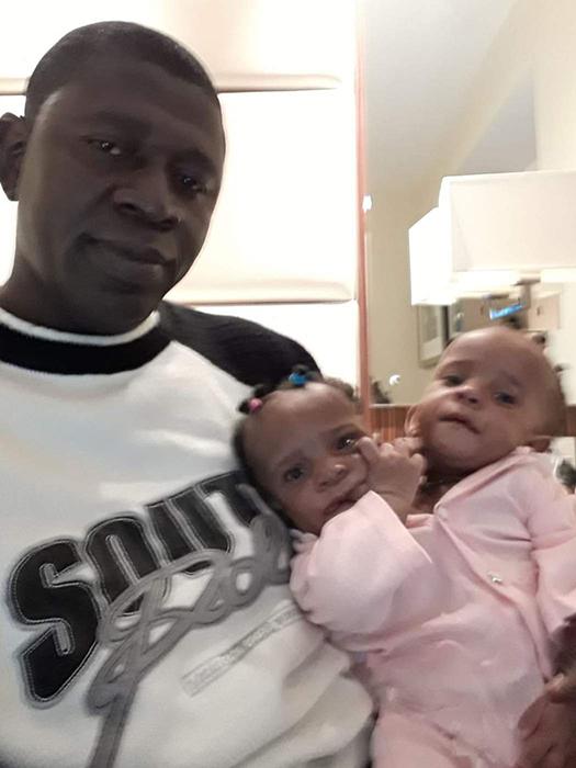 Малышки Мариэм и Ндейе на руках у Ибрагимы.
