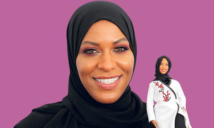 Ибтихадж Мухаммад c куклой Барби.