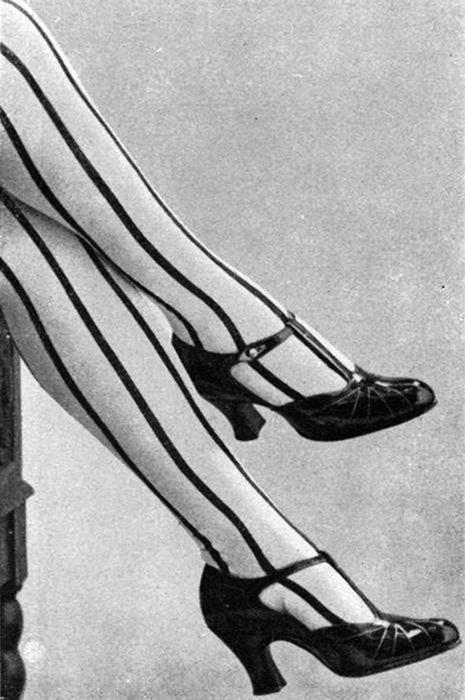 Полосатые чулки и туфли с Т-ремешком.