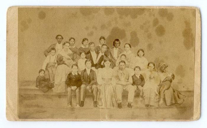 Семейный портрет Чанга, Энга, их жен и 18 из 21 детей, а также Грейс Гейтс, одна из 33 рабов на плантации Банкеров. 1860-е.