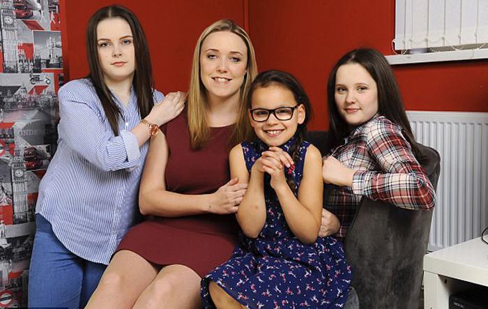 Саманта Джонс со своими племянницами.