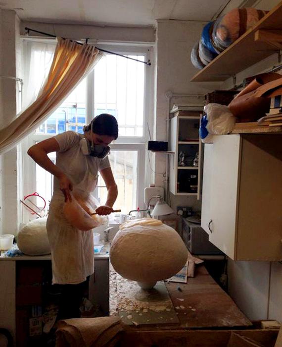 Гиги Баркер создает стул у себя в студии