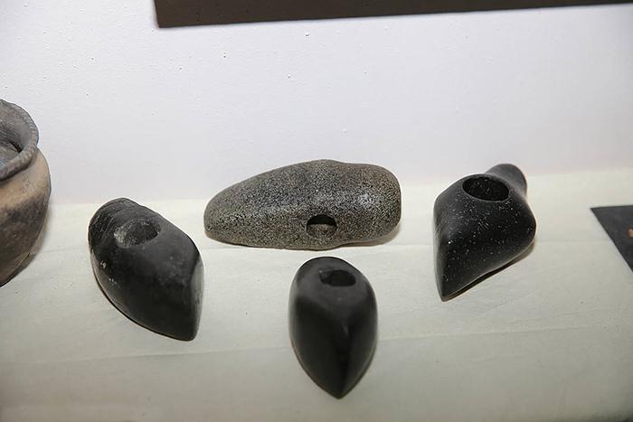Инструменты (наконечники молотков), найденные на месте раскопок.