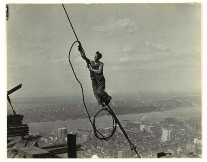 Работник, висящей на троссе. Фото: Lewis Hine.