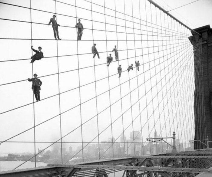 Маляры на мосту. Октябрь 1914 года. Фото: Eugene de Salignac.