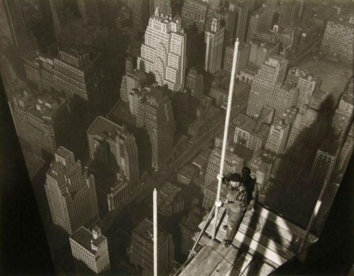 Один из строителей водружает шпиль на самой вершине Эмпайр-стейт-билдинг. Фото: Lewis W. Hine.