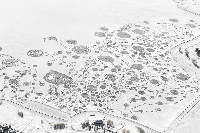 Художественная инсталляция на замерзшем озере.