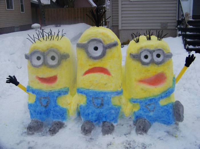 Красочная скульптура из снега.