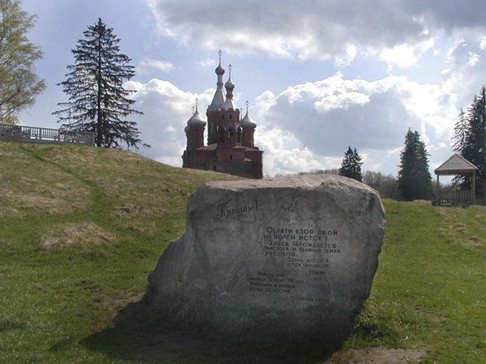 Церковь на холме в деревне.