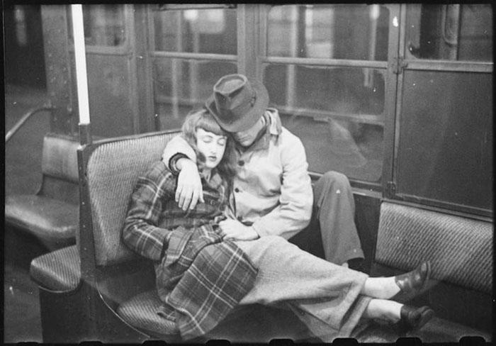 Заснувшие влюбленные в нью-йоркском метро.