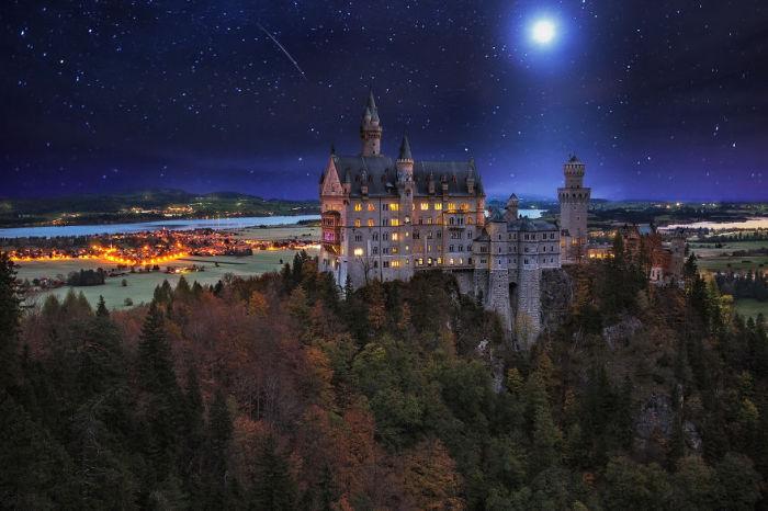 Звездное небо над замком Нойншванштайн в Германии. Фото: Ilhan Eroglu.