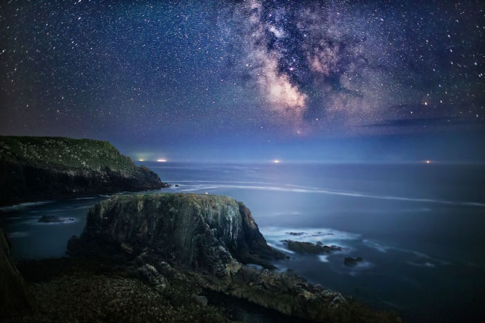 Звездное небо над тихой водой. Фото: Yunli Song.