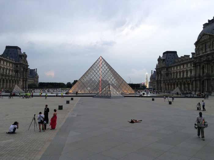 Лежа на земле у Лувра в Париже.  Instagram stefdies.