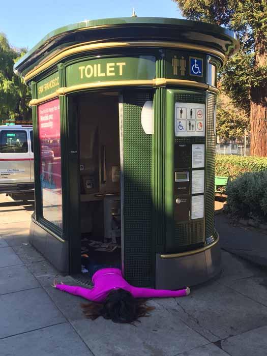 Слишком близкой контакт с общественным туалетом в Сан Франциско.  Instagram stefdies.