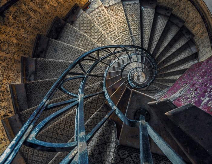 Винтовая лестница в покинутом здании.