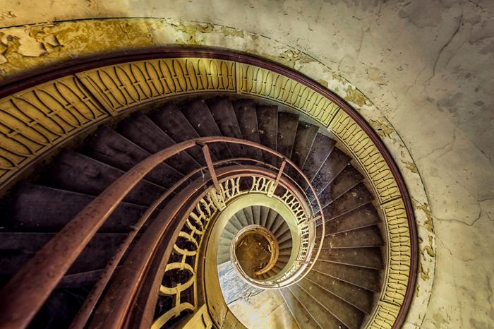 Красота старых лестниц.