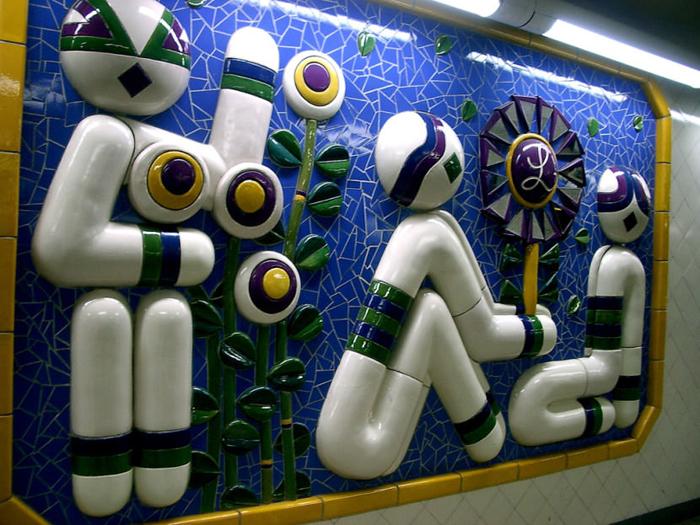 При входе на одну из станций метрополитена в Стокгольме.