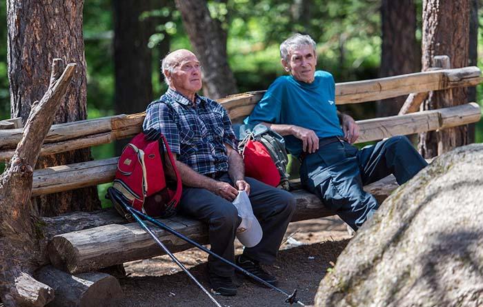 Пенсионеры на прогулке по заповеднику. Фото: Дмитрий Балакирев.