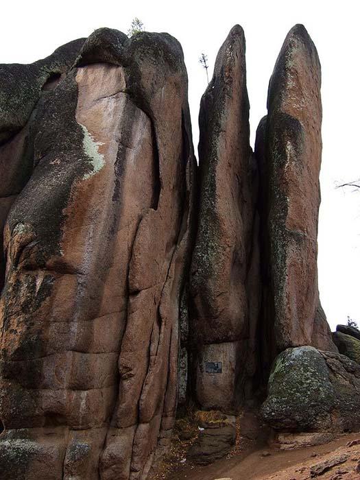 Местные скалы достигают 100 метров в высоту.