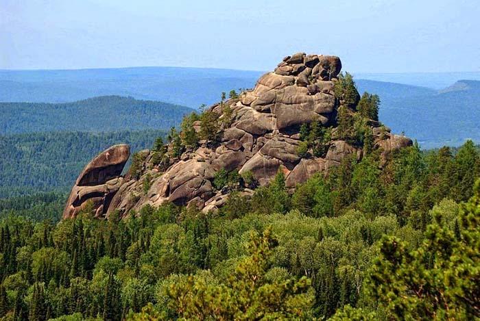 В заповеднике находится около ста скал.