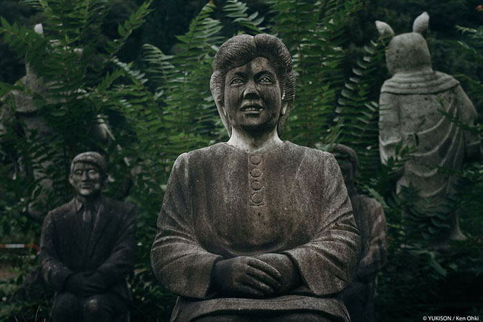 Статуя женщины, которая будто бы кого-то внимательно слушает.  Фото: Ken Ohki/Yukison.