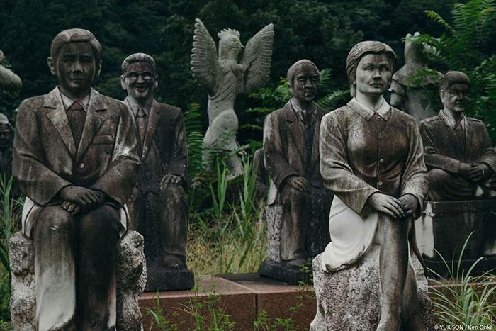 В парке есть как статуи вполне реальных людей, так и мифологических существ.  Фото: Ken Ohki/Yukison.