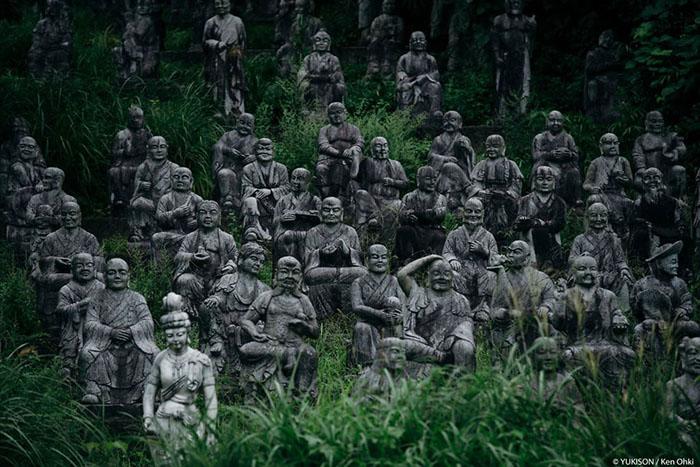 Парк с 800 каменными фигурами. Фото: Ken Ohki/Yukison.
