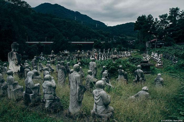 В парке насчитывается более 800 каменных статуй. Фото: Ken Ohki/Yukison.